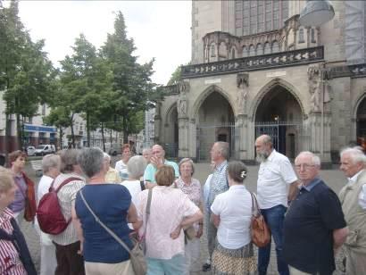 Gruppe vor der Agneskirche